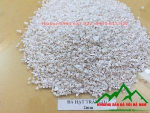 Thông số sản phẩm đá hạt trắng 2mm:  - Kích cỡ : 2mm  - Độ trắng: 88-90%  - Hàm lượng CaCO3: 95-97%  - Đóng bao: 50 kg/bao hoặc bao jumbo> 1 tấn